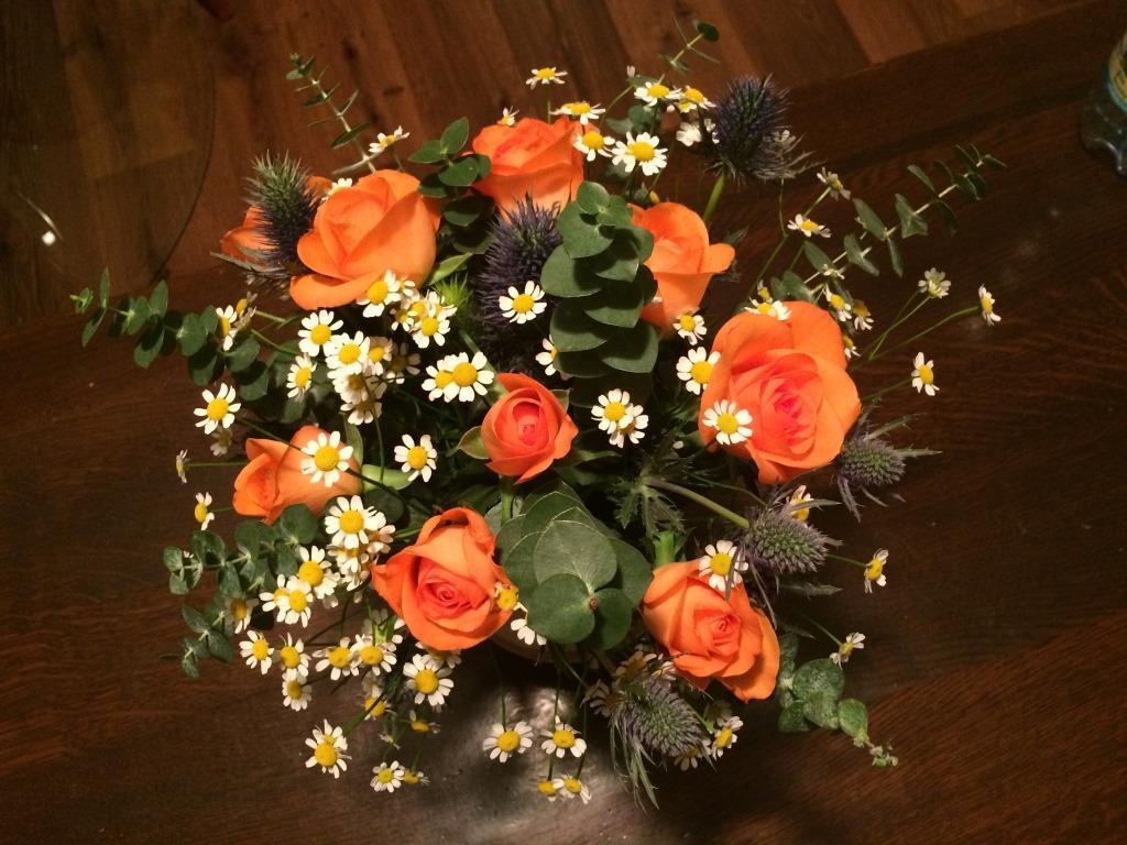 Dekorace z květin Pro radost - od návštěvy jsem dostala jen ty růže a v květinářství jsem si pak dokoupila heřmánek, máčky a eukalyptus