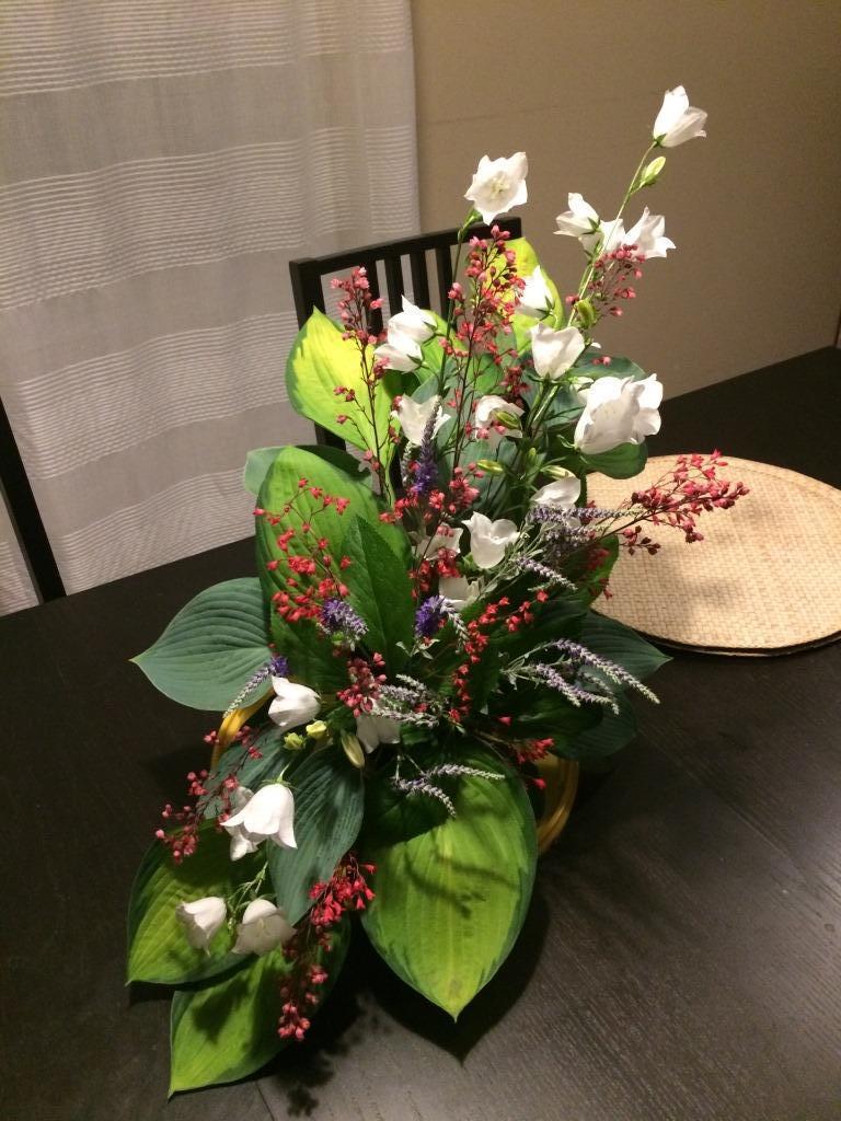 Dekorace z květin Pro radost - celá je ze zahradního kvítí : hosty, zvonky, červené kvítky dlužichy, modré rozrazily