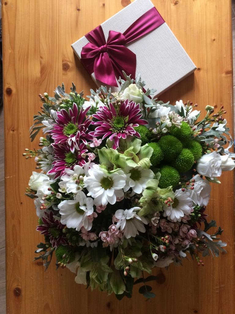 Dekorace z květin Pro radost - dárková krabička z kupovaných květin k 50. pro švagrovou