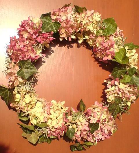 Dekorace z květin Pro radost - taky hortenzie, tady s břečtanem a levandulovými větvičkami - album Zahradní