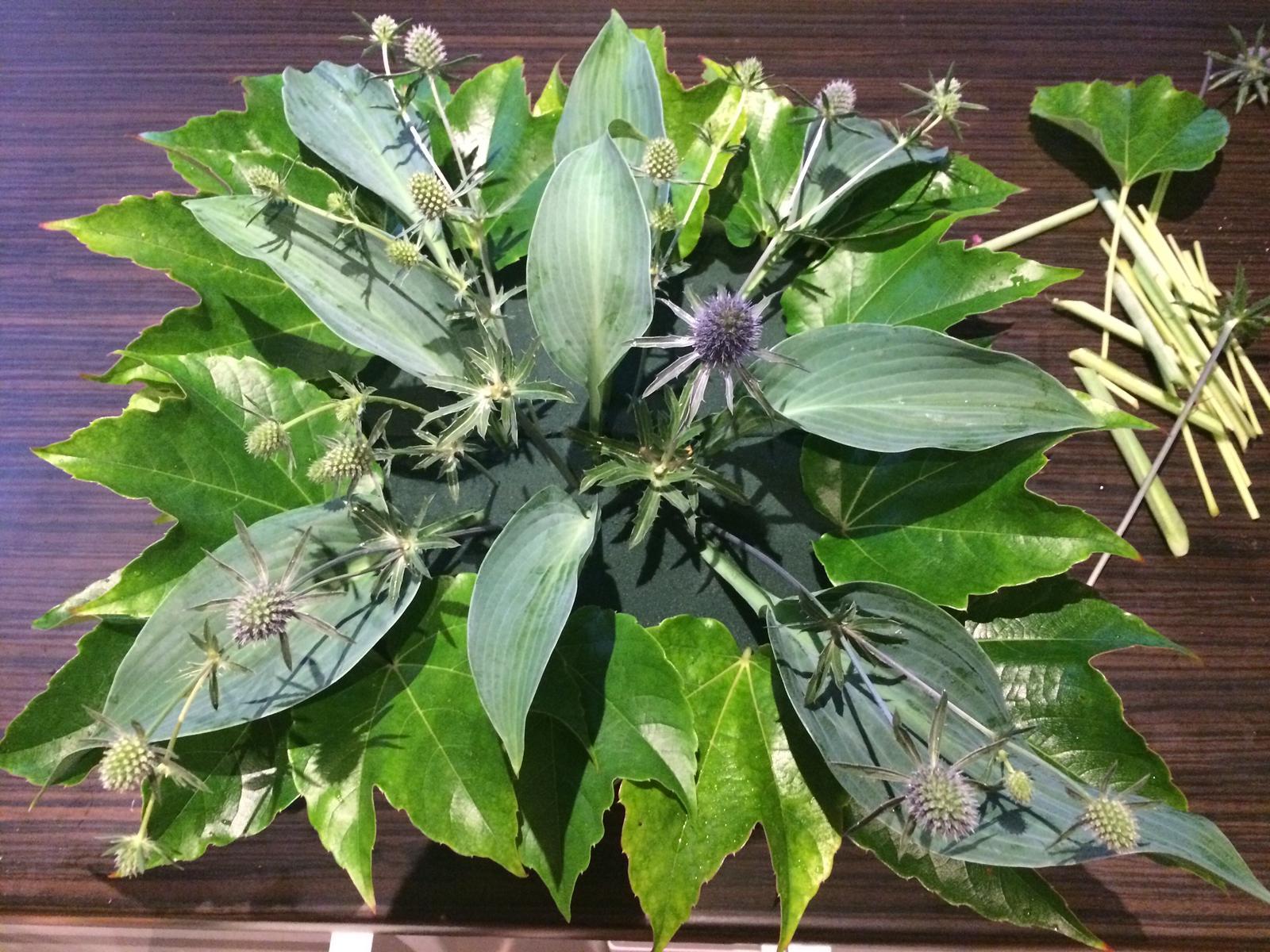 Dekorace z květin Pro radost - zelený základ dala zahrada... ještě jsem tam dala zelené vřesy , jinak listy přísavník, hosty, eryngium