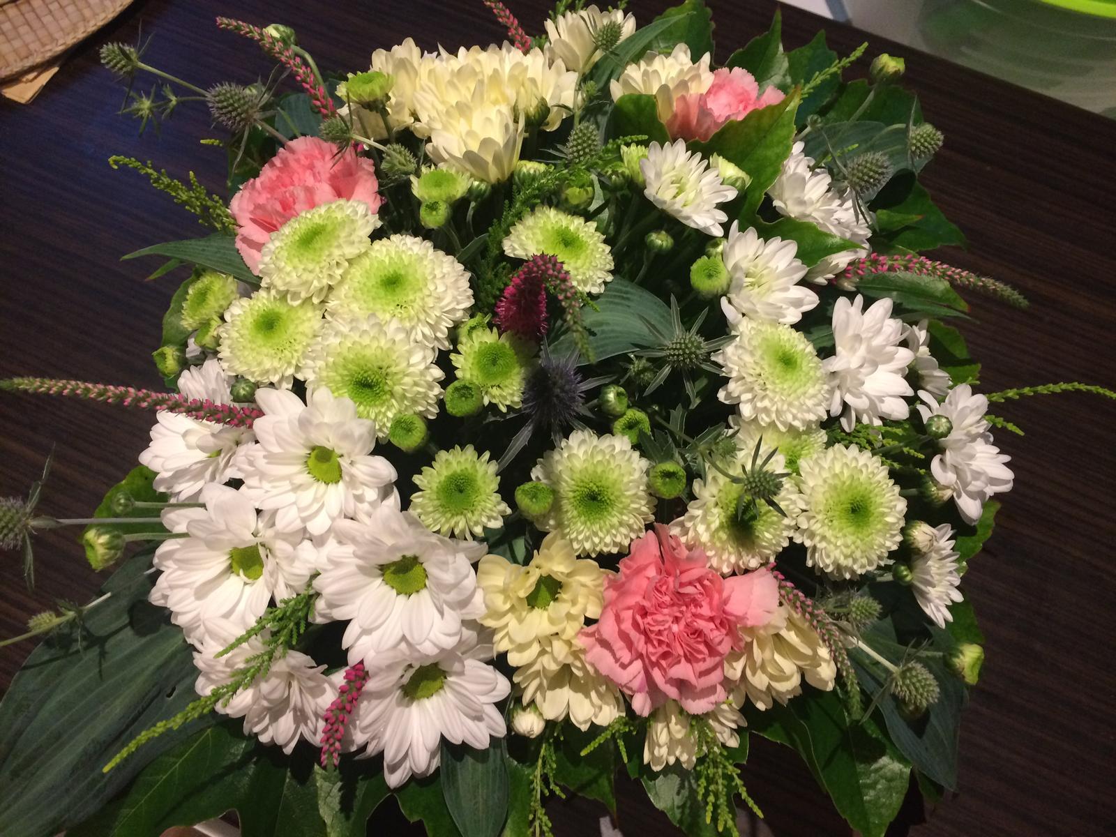 Dekorace z květin Pro radost - a můj výpěstek je ještě růžový rozrazil.... zbytek karafiáty, chryzantemy