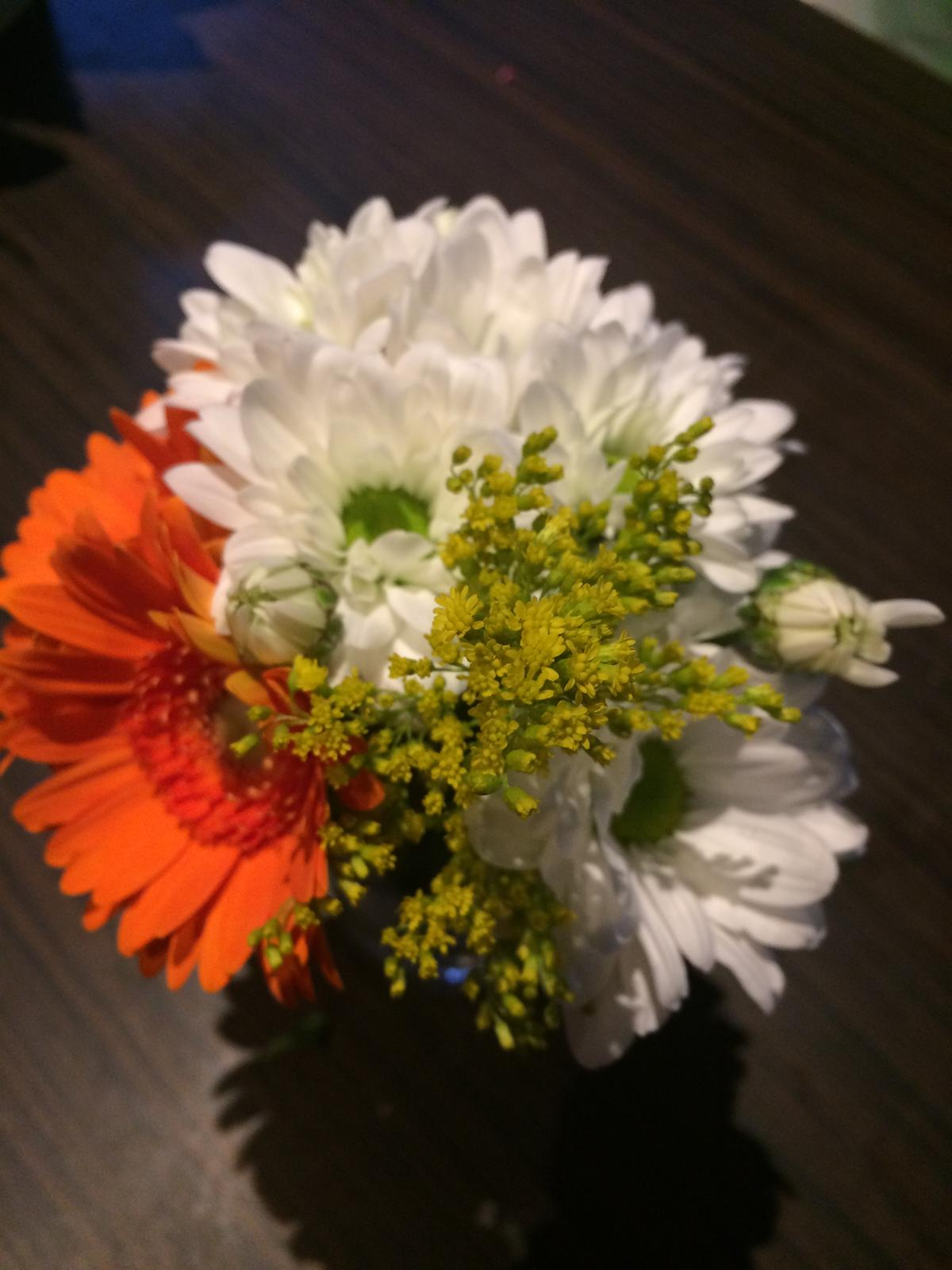 Dekorace z květin Pro radost - a druhá zlatobýl, gerbery a chryzy