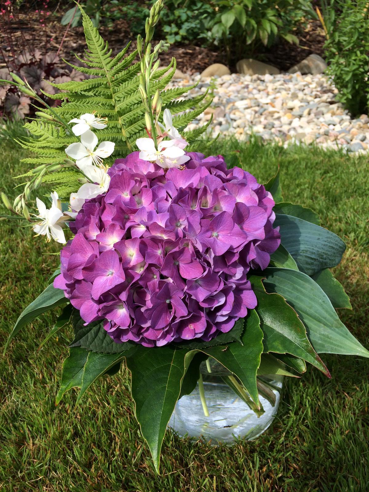 Dekorace z květin Pro radost - hortenzie, gaura, pérovník pštrosí, přísavník, hosta