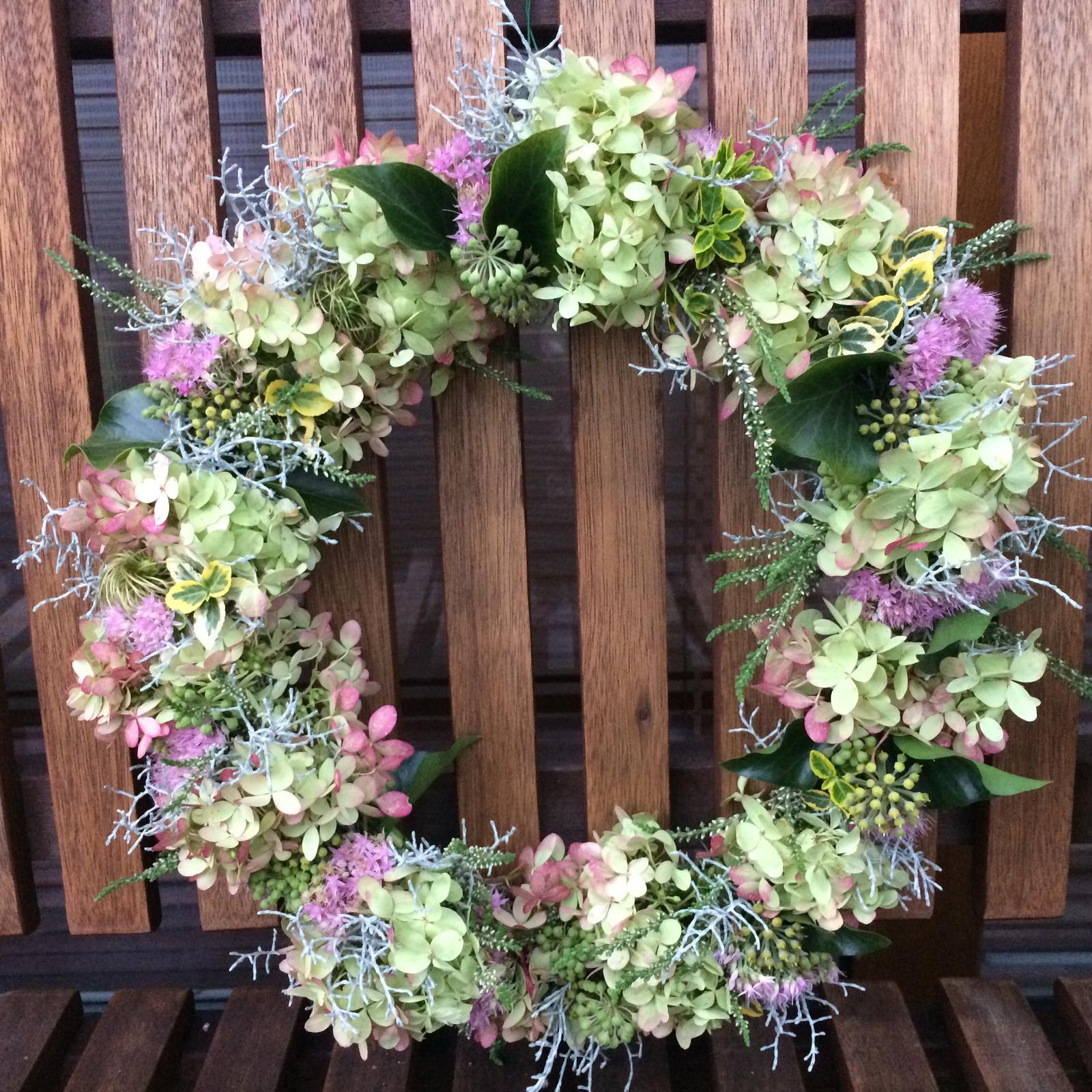 Dekorace z květin Pro radost - Dratovec, břečťan, vřesy, sedum, brslen, clematis, latnatá hortenzie