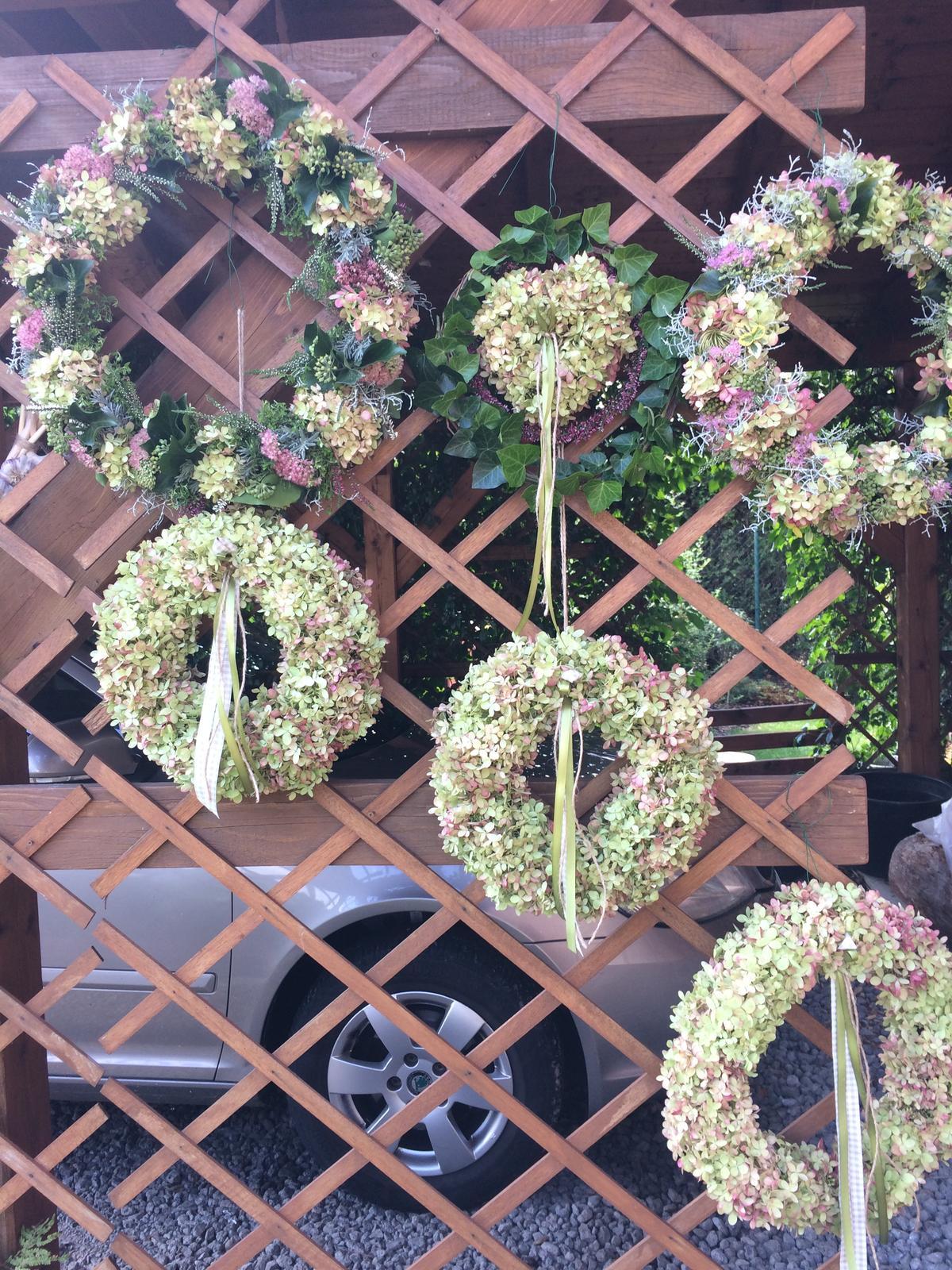 Dekorace z květin Pro radost - Chystala jsem ceny do tomboly. Poprvé jsem dělala tolik věnců najednou....