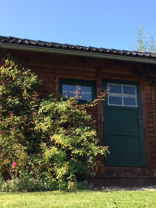 Dveře a okno už mají novou barvu. Papírovou páskou jsou naznačené, kde budou zelené lišty.