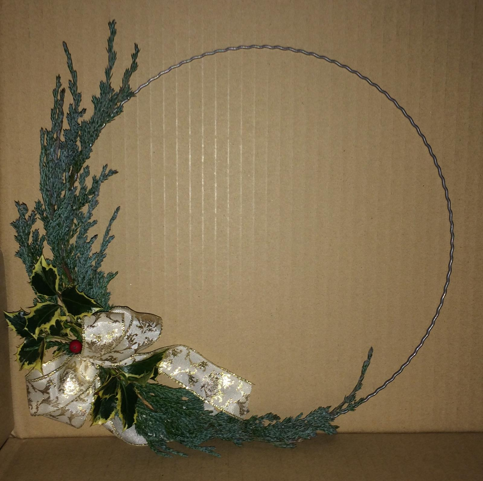 Dekorace z květin Pro radost - letos první cesmínová bobulka a jalovec poléhavý