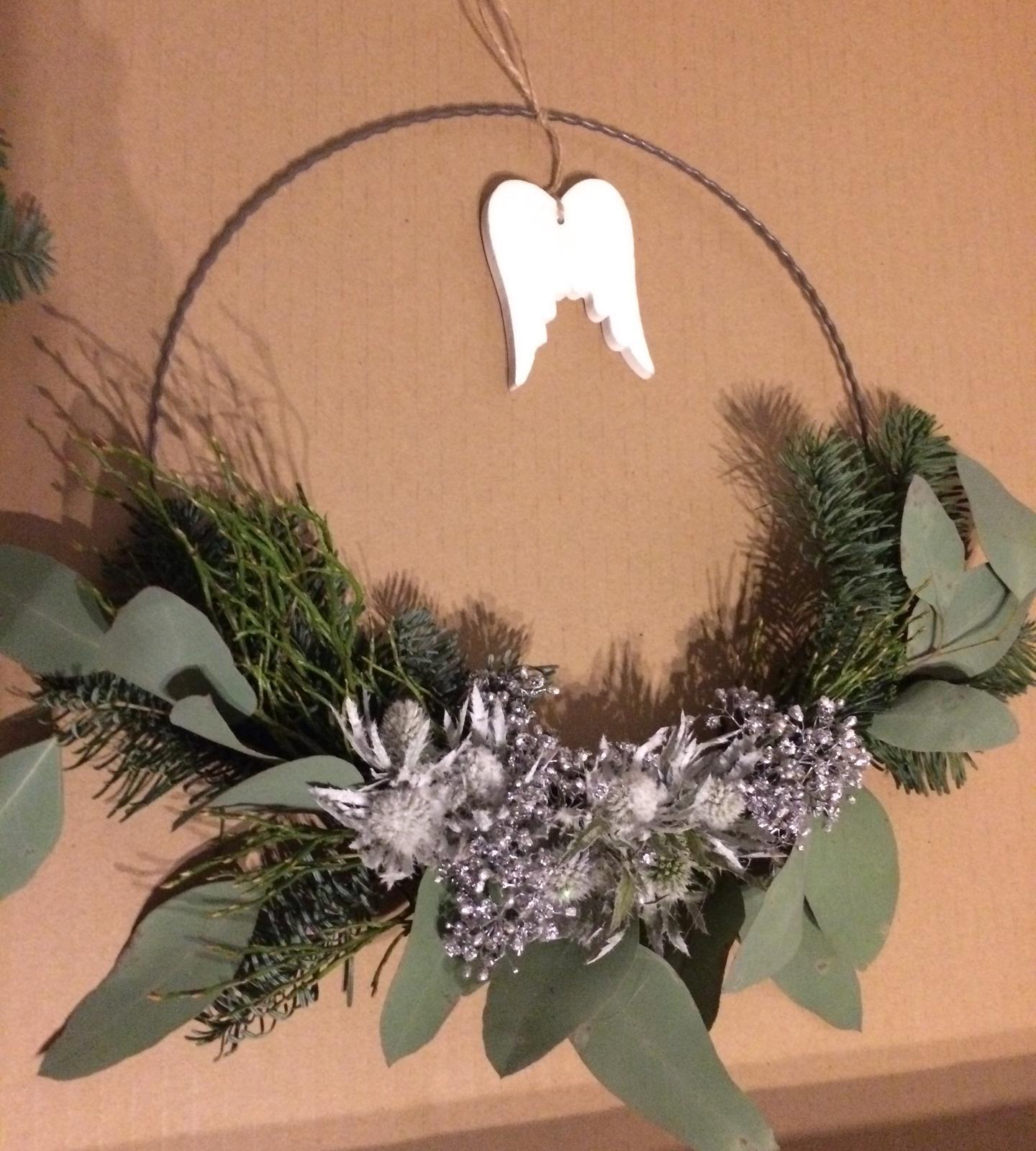 Dekorace z květin Pro radost - všechno živé, nic umělého  eukalyptus, borůvčí, barvená máčka a nevěstin závoj