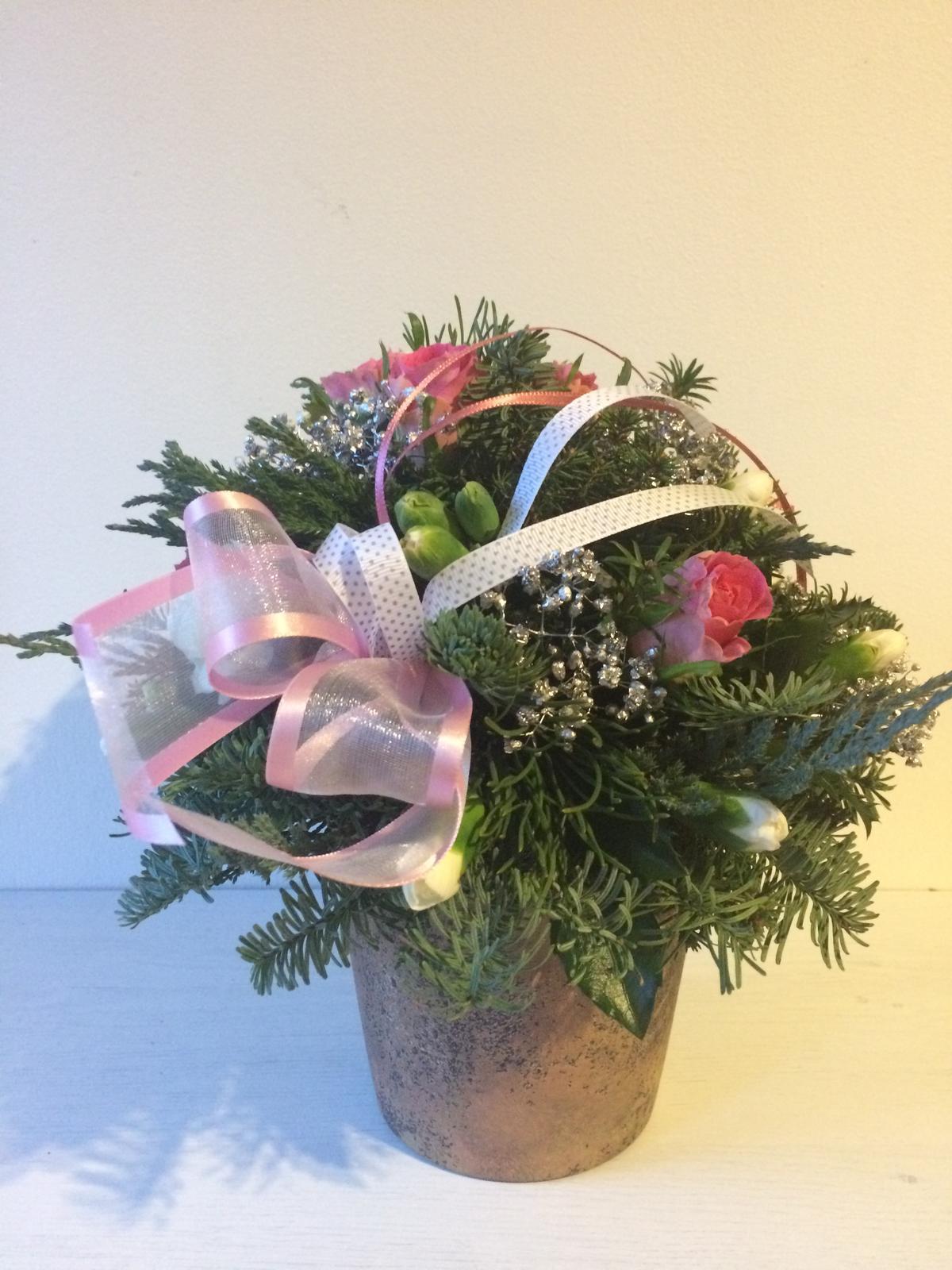Dekorace z květin Pro radost - Růže a karafiátky pro tchýňku k narozeninam