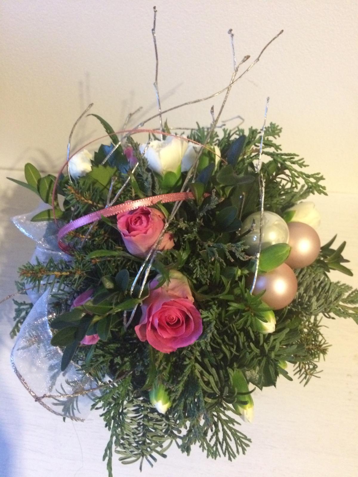 Dekorace z květin Pro radost - druhá kytička je pro švagrovou k narozeninám