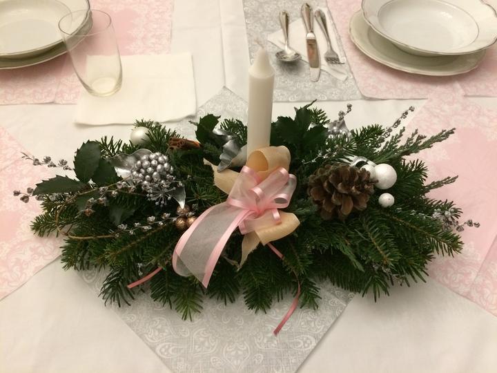 Letošní Vánoce u rodičů, aranžmá na stůl, který prostíraly naše dítka. Letos prostě růžovobílostřibrná