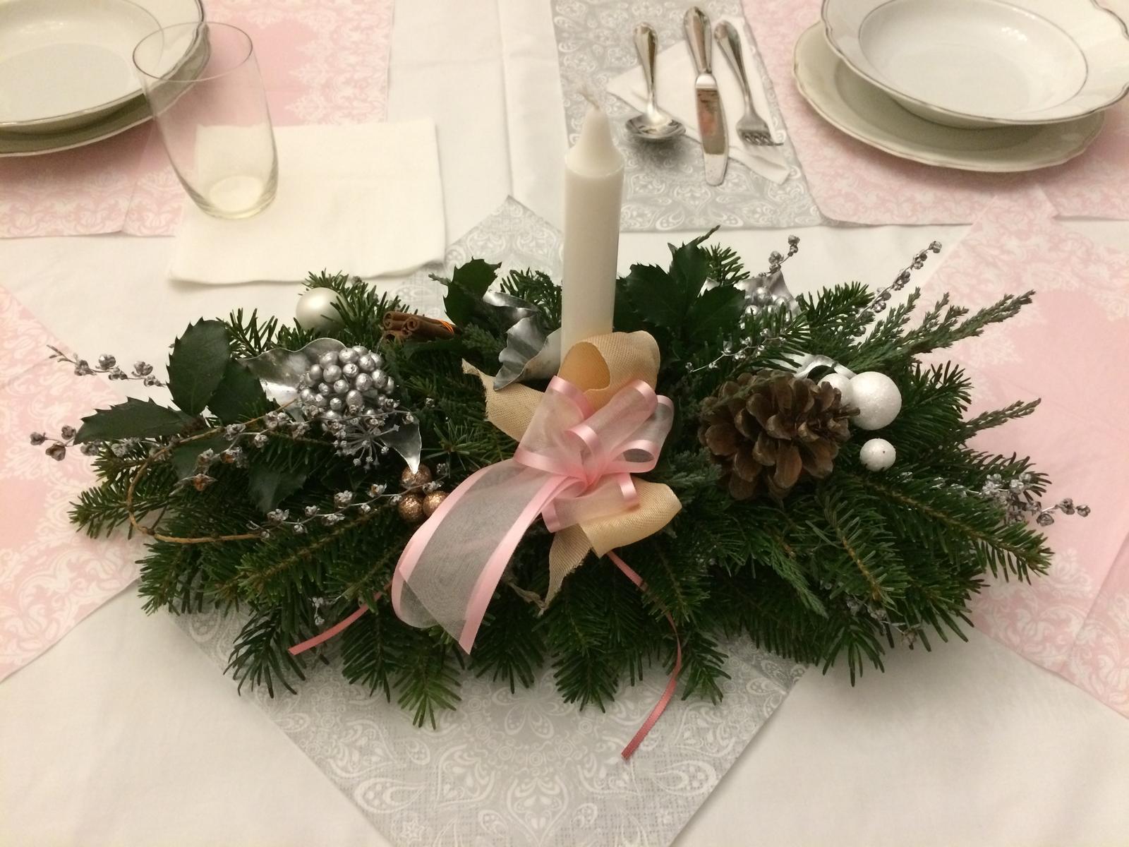 Dekorace z květin Pro radost - letošní Vánoce u rodičů, aranžmá na stůl, který prostíraly naše dítka. Letos prostě růžovobílostřibrná
