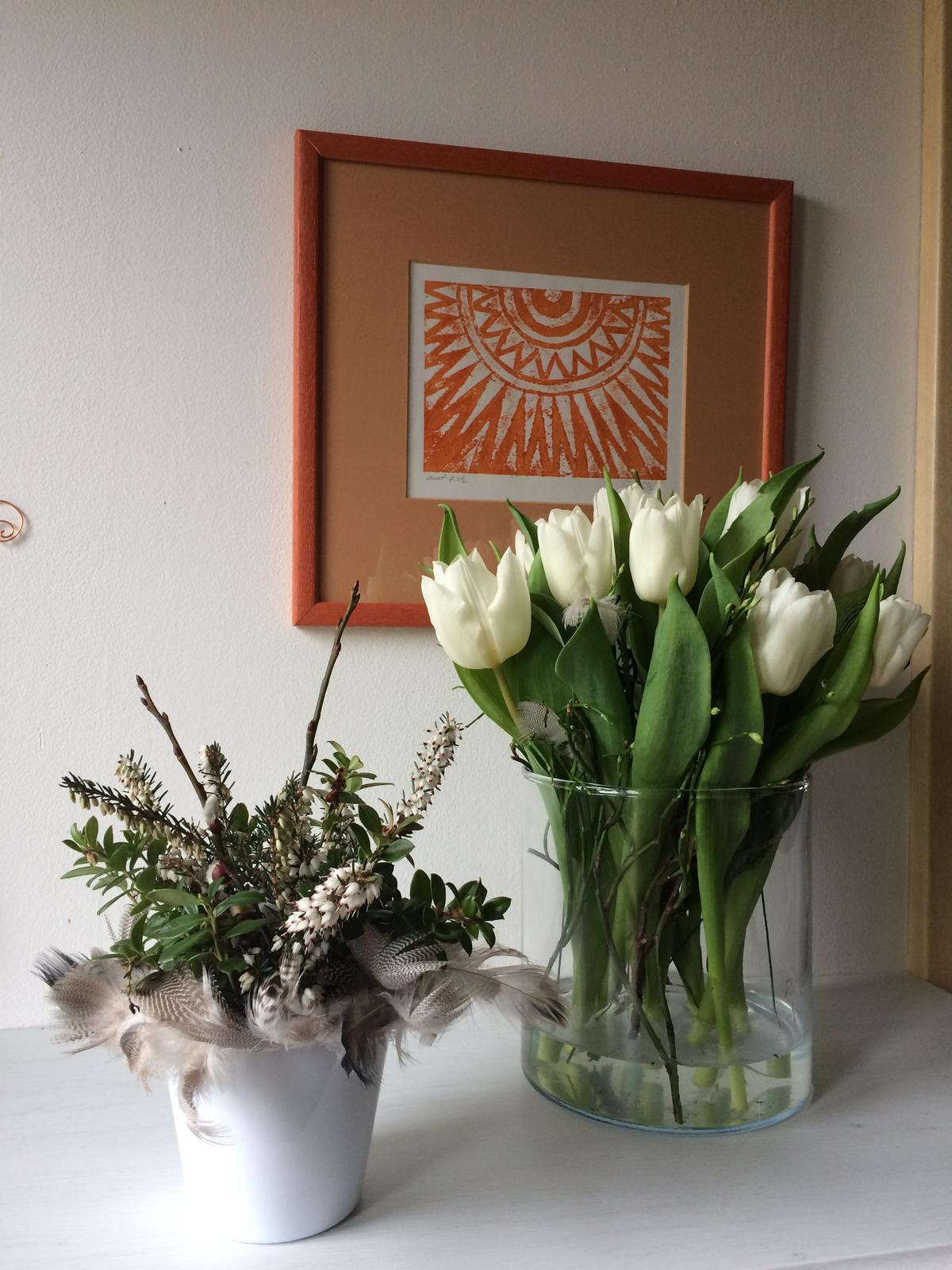 """Dekorace z květin Pro radost - Tulipány a na obrázku grafický tisk """"Slunce"""" od taťkova prabratrance"""