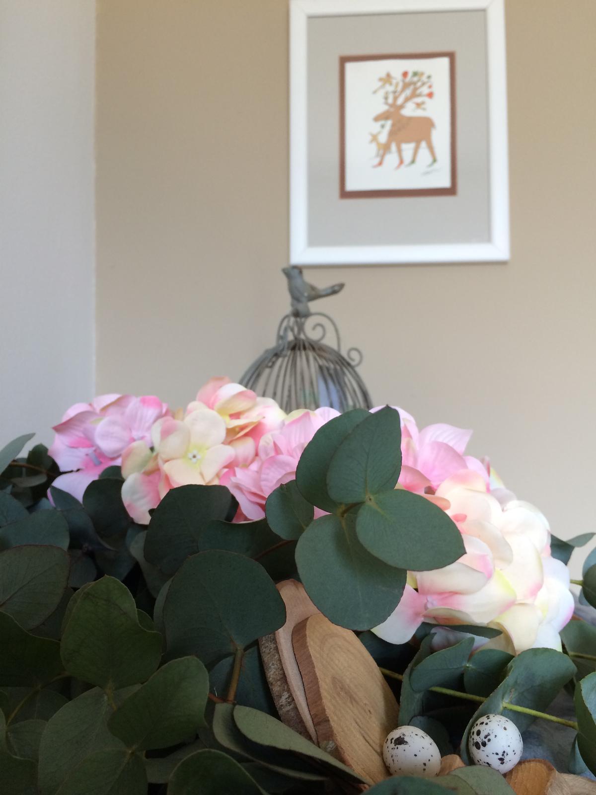 """Dekorace z květin Pro radost - i ta grafika """"Námluvy"""" od Adolfa Borna k tomu pasuje"""