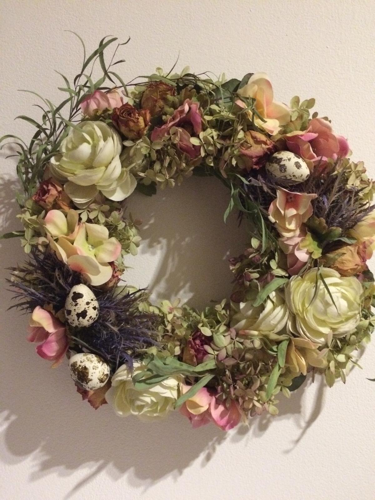Dekorace z květin Pro radost - ...zkouším jestli tmavé nebo světlé pozadí je lepší