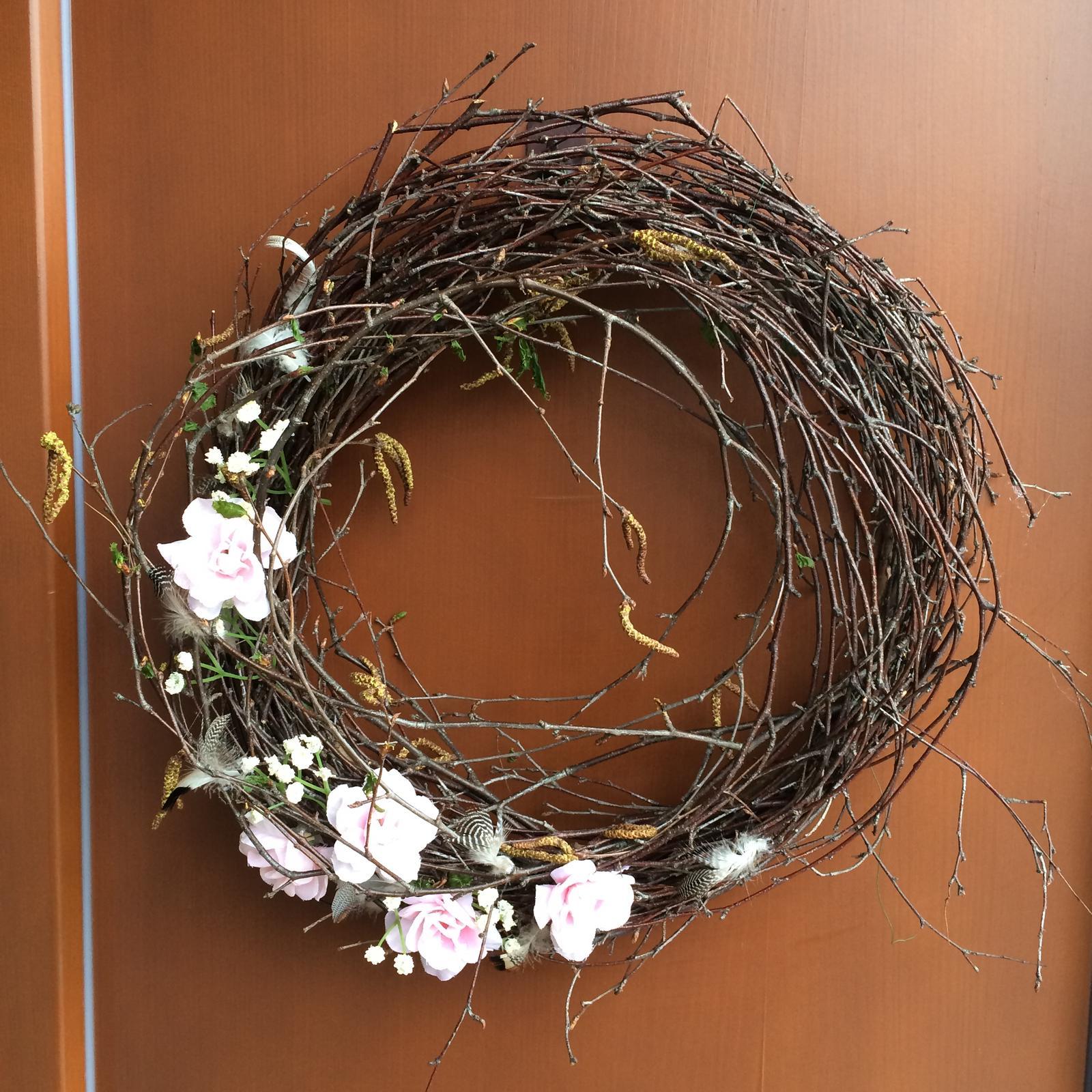 Dekorace z květin Pro radost - Dnes jsem načapala kosáka zřejmě nadšeného z březového proutí, jak mi ho krade😂😅