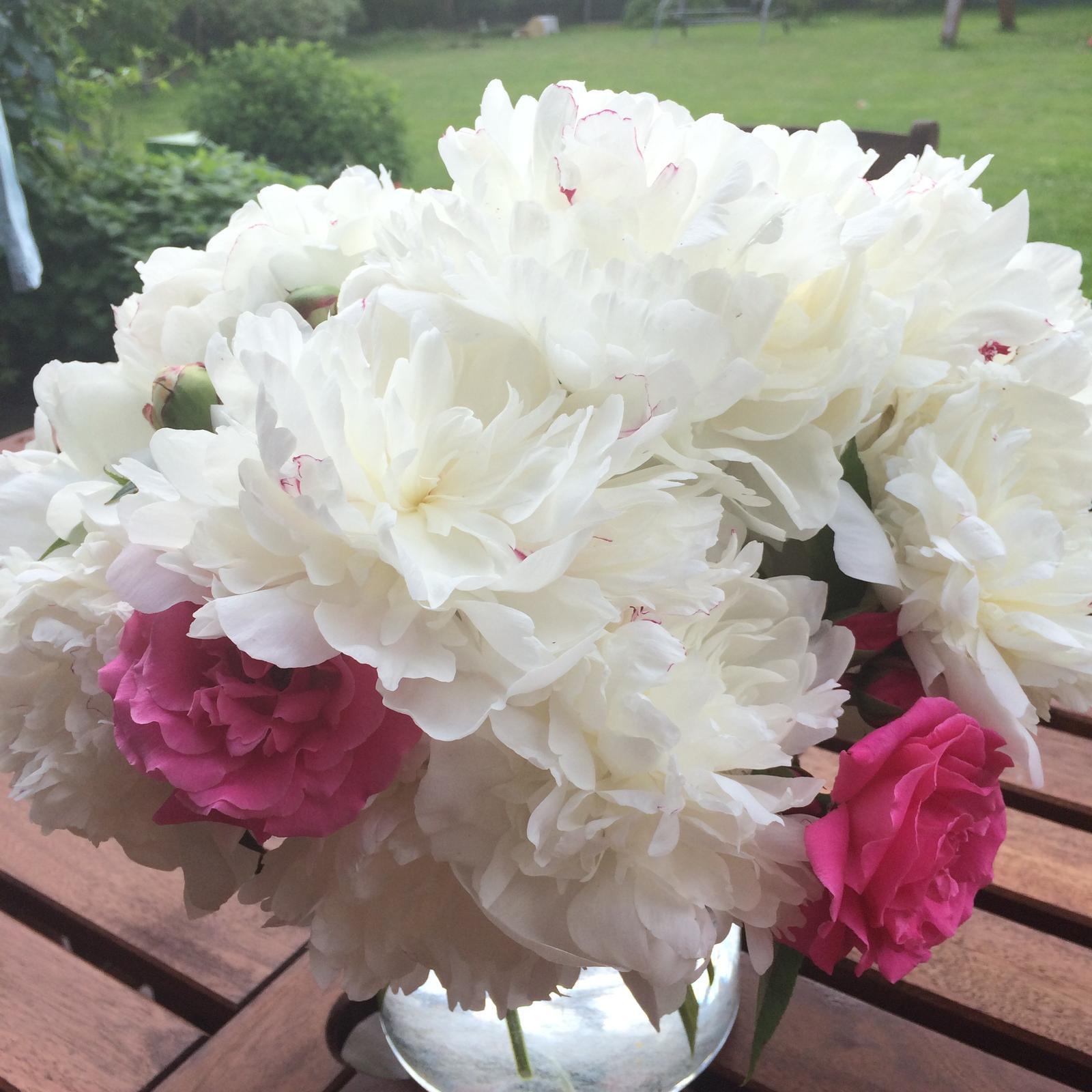 Dekorace z květin Pro radost - Bílé pivoňky a růže