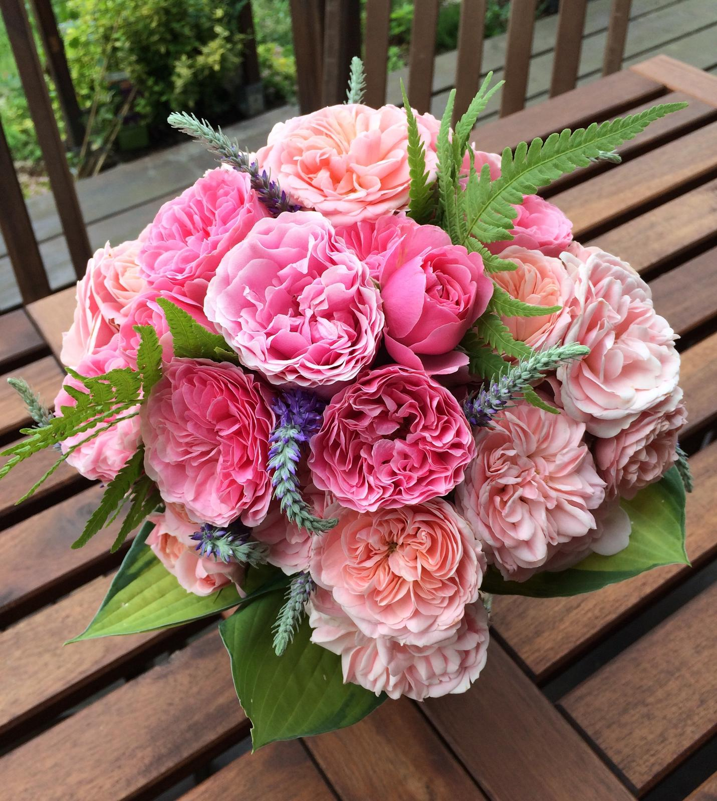 Dekorace z květin Pro radost - Pro dcerku k 15.narozeninám.                                                                                                                 ( Mr. Leonardo to dal dohromady se Miss Floribundou🥰)