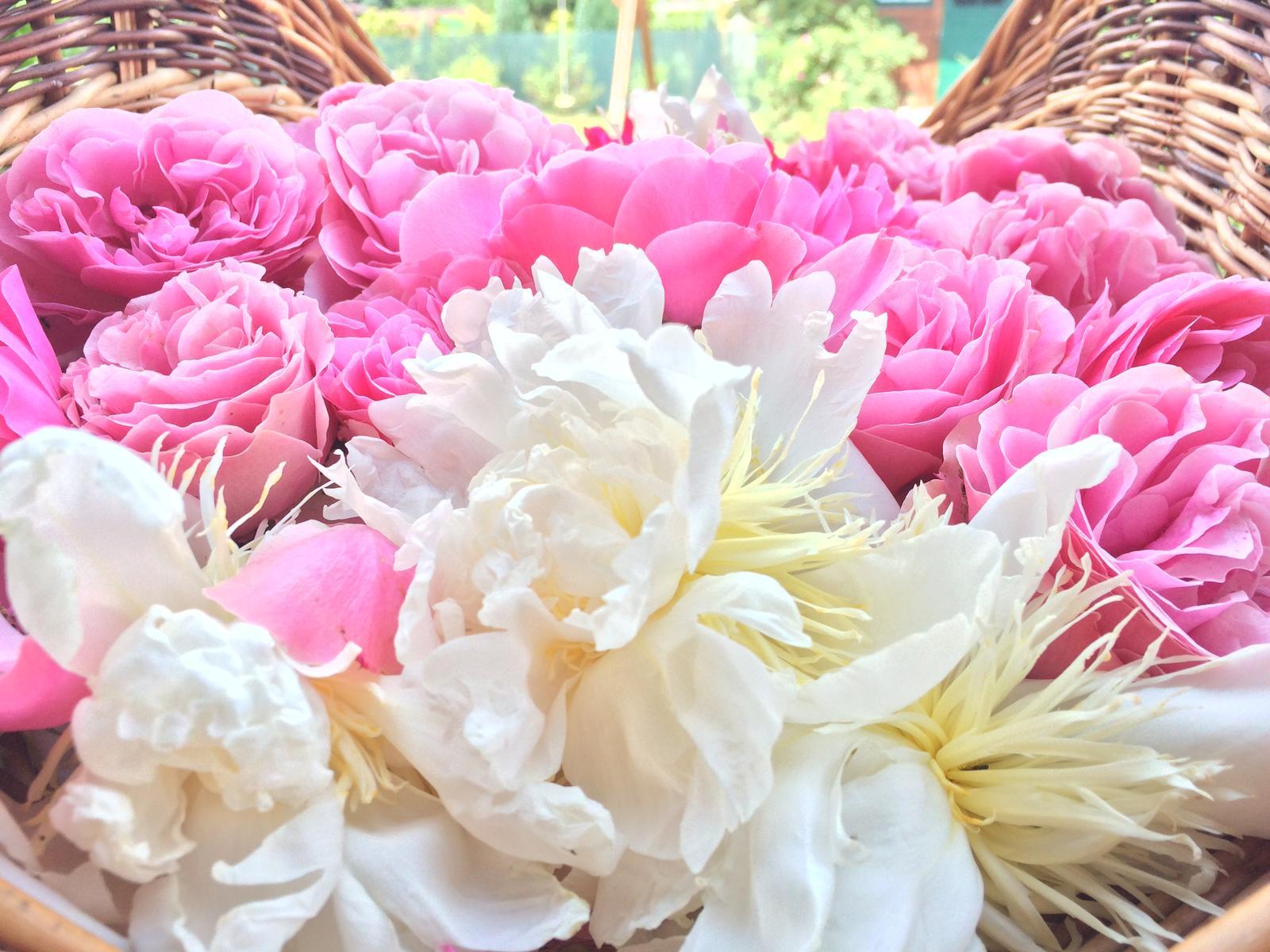Dekorace z květin Pro radost - Odkvétající pivoňky a růže ....