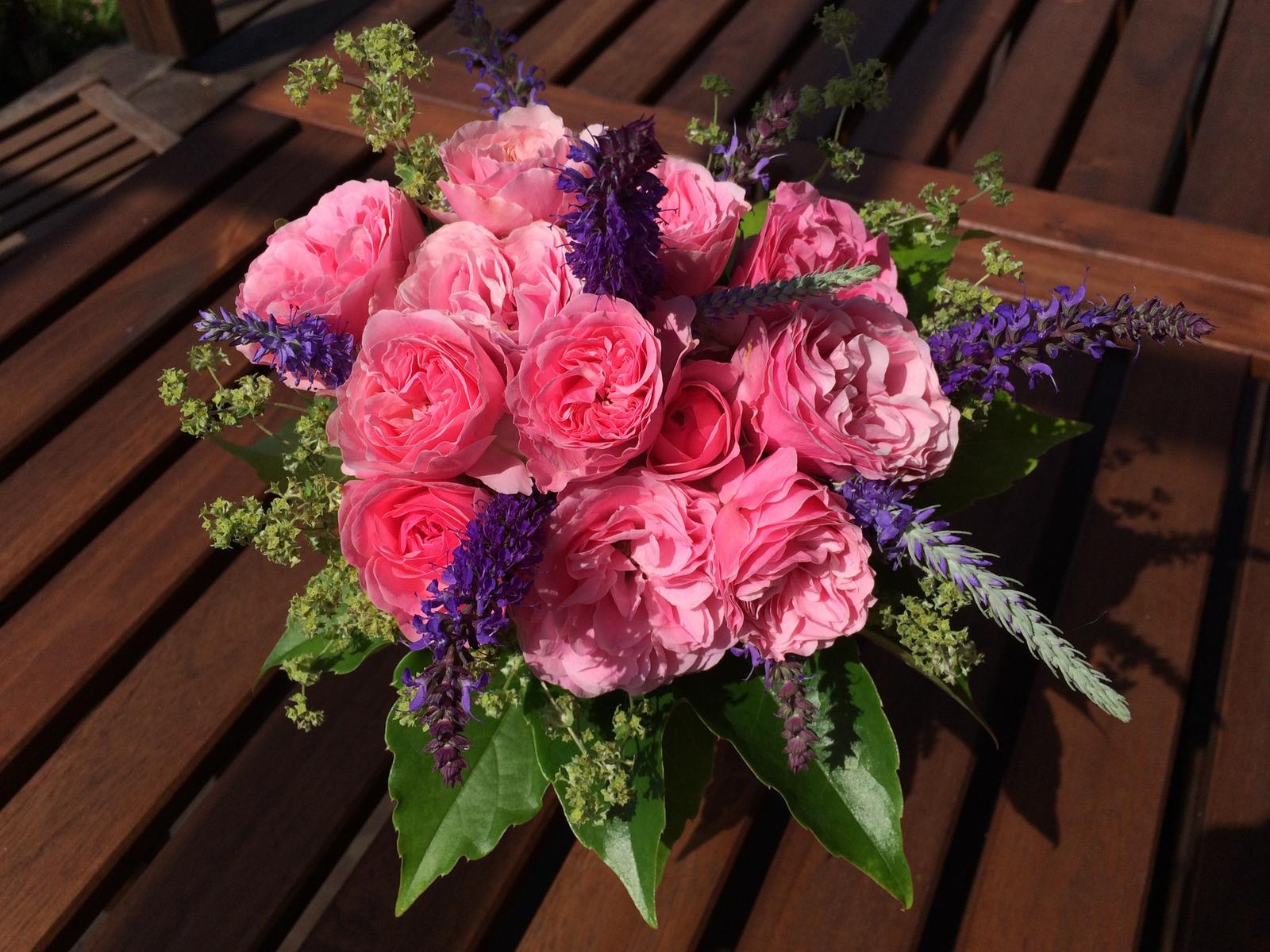 Dekorace z květin Pro radost - a ještě jedna růžová tentokrát s šalvějí a kontryhelem, listy přísavníku