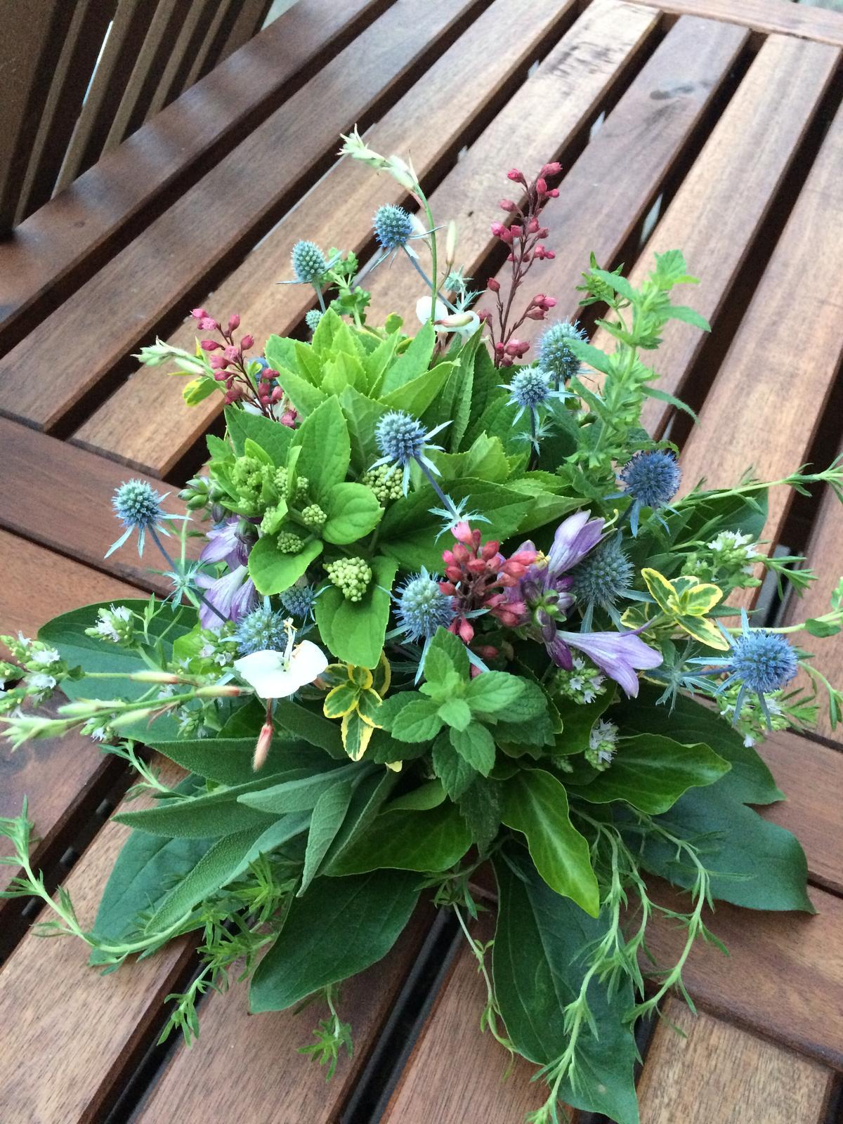 Dekorace z květin Pro radost - kromě levandule mi toho teď moc nekvete takže  ....zelená vede