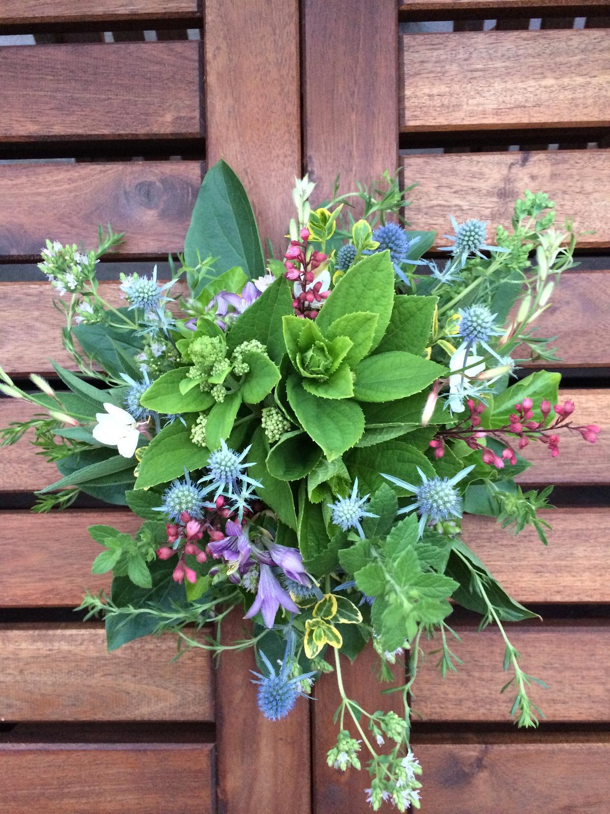 Dekorace z květin Pro radost - hortenzie latnatá, hosta, dlužicha, máčka, gaura, oregano, saturejka, šalvěj, meduňka, brslen, břečťan, pivoňkové listy