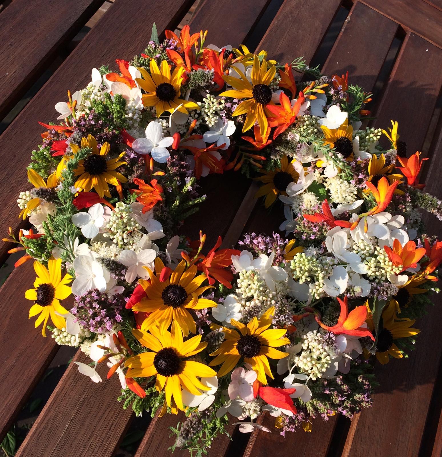Dekorace z květin Pro radost - Letní vypichovaný do florexu - bylinková zeleň( máta, saturejka, oregano), hortenzie,montbrécie, rudbekie
