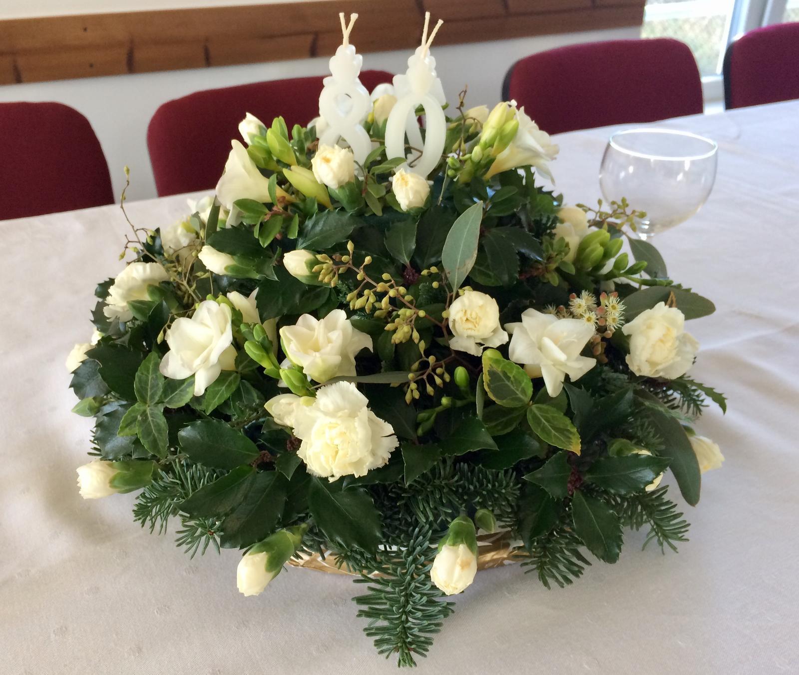 Dekorace z květin Pro radost - Květinový dortík pro manželovy rodiče k 80. a 75.