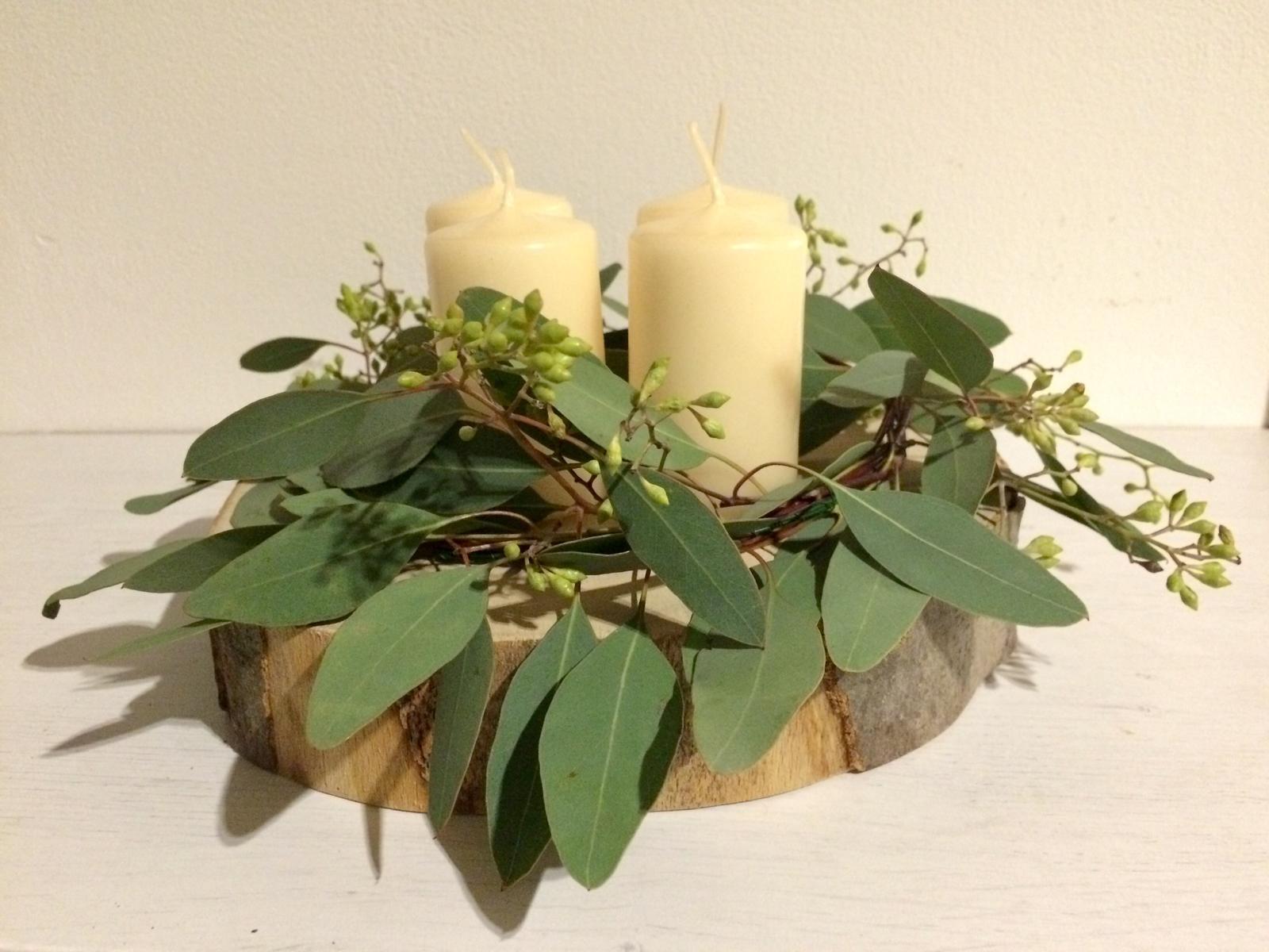 Dekorace z květin Pro radost - Náš letošní adventní. Po všech těch svícnech a věncích na benefici jsem se těšila na eukalyptový jednoduchý. Až Vánoce jsou o slávě a zdobnosti.