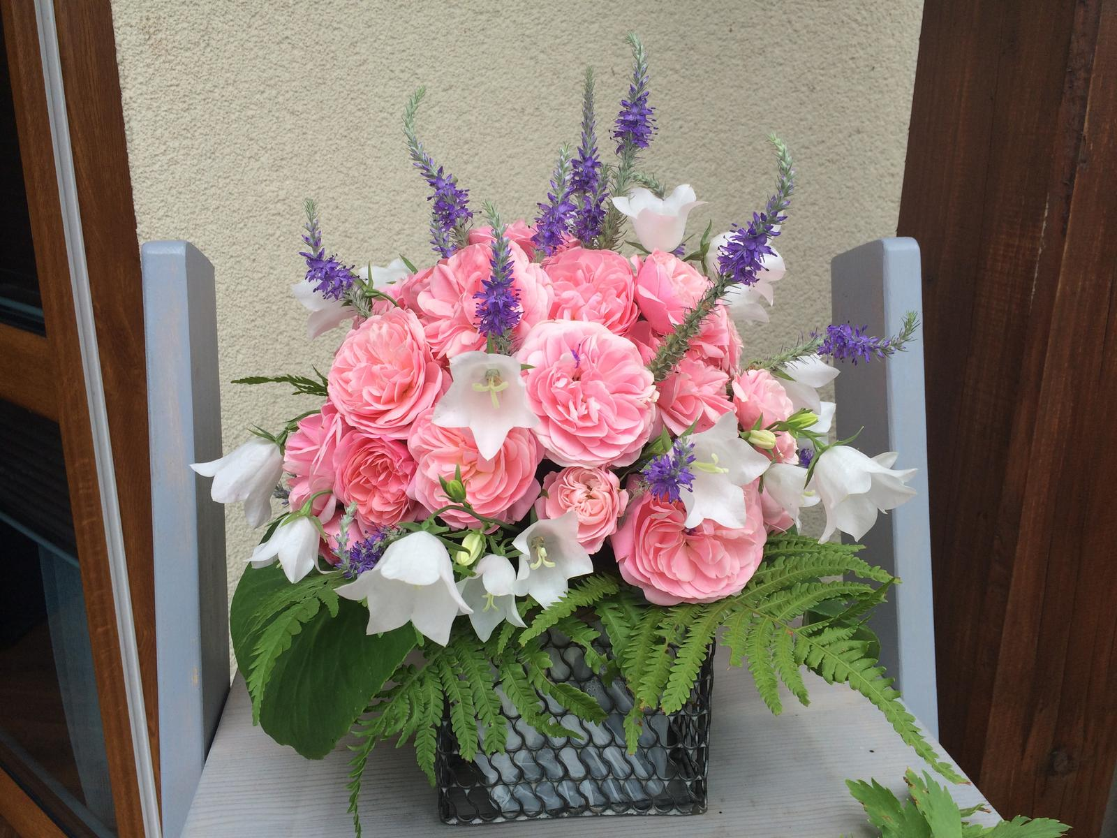 Dekorace z květin Pro radost - veronica, růže, zvonky, pérovec a bergenie