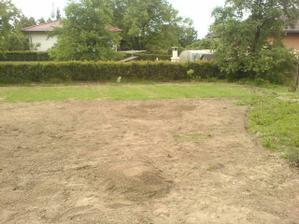 pracujeme na dalším úseku trávníku .... přelom května a června