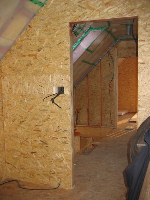 Rd - 10.2.2010 pohled  z koupelny do chodby,  dokončilo se obložení obvodových stěn OSB deskami, čeká se na počasí a zalití podlahy v přízemí  anhydritem