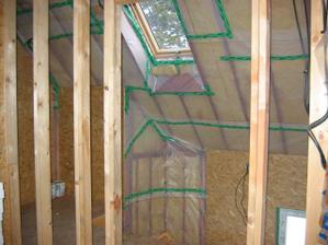 pohled skrz stěnu z ložnice do chodby