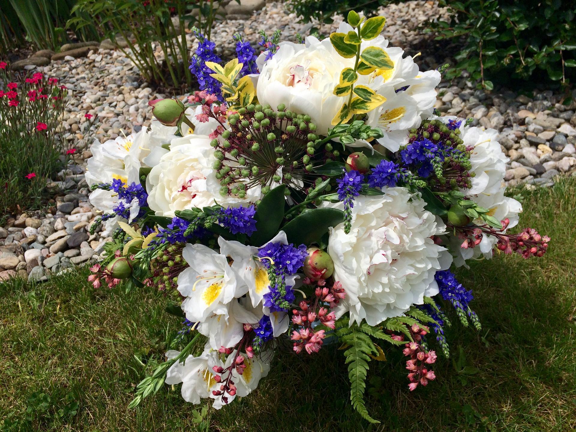 Dekorace z květin Pro radost - Druhá větší  ... kdyz kvetou pivoňky, ronďáky, rozrazily, dlužichy ... žlutí brslen a zelení se kapradí