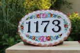 Číslo domu nemusí byť fádne. Ručne maľovaná glazovaná keramika odolá nepriazni počasia bez problému. Navyše Vás vždy bude vítať a pestrofarebnými kvetmi už zdaleka vyžarovať teplo domova. Nemáte zrovna dom s číslom 1173? Nevadí, vyrobíme na zakázku.