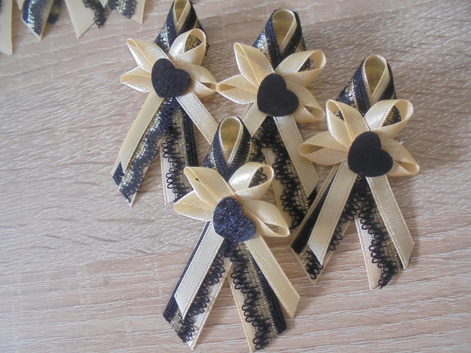 Svadobná dekoracia bielo-zlatá - Pekná kombinácia zlato-čierna.