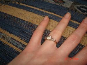 moj snubny prstenok...vybrala som si ho sama...ked ma priatel ziadal o ruku bol uzasny...cervenal sa ako male babo...normalne si klakol...na to nikdy nezabudnem...