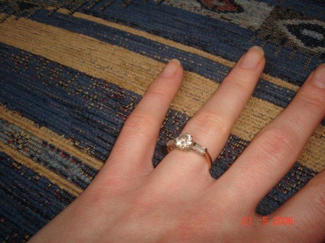 Moje best fotocky - moj snubny prstenok...vybrala som si ho sama...ked ma priatel ziadal o ruku bol uzasny...cervenal sa ako male babo...normalne si klakol...na to nikdy nezabudnem...