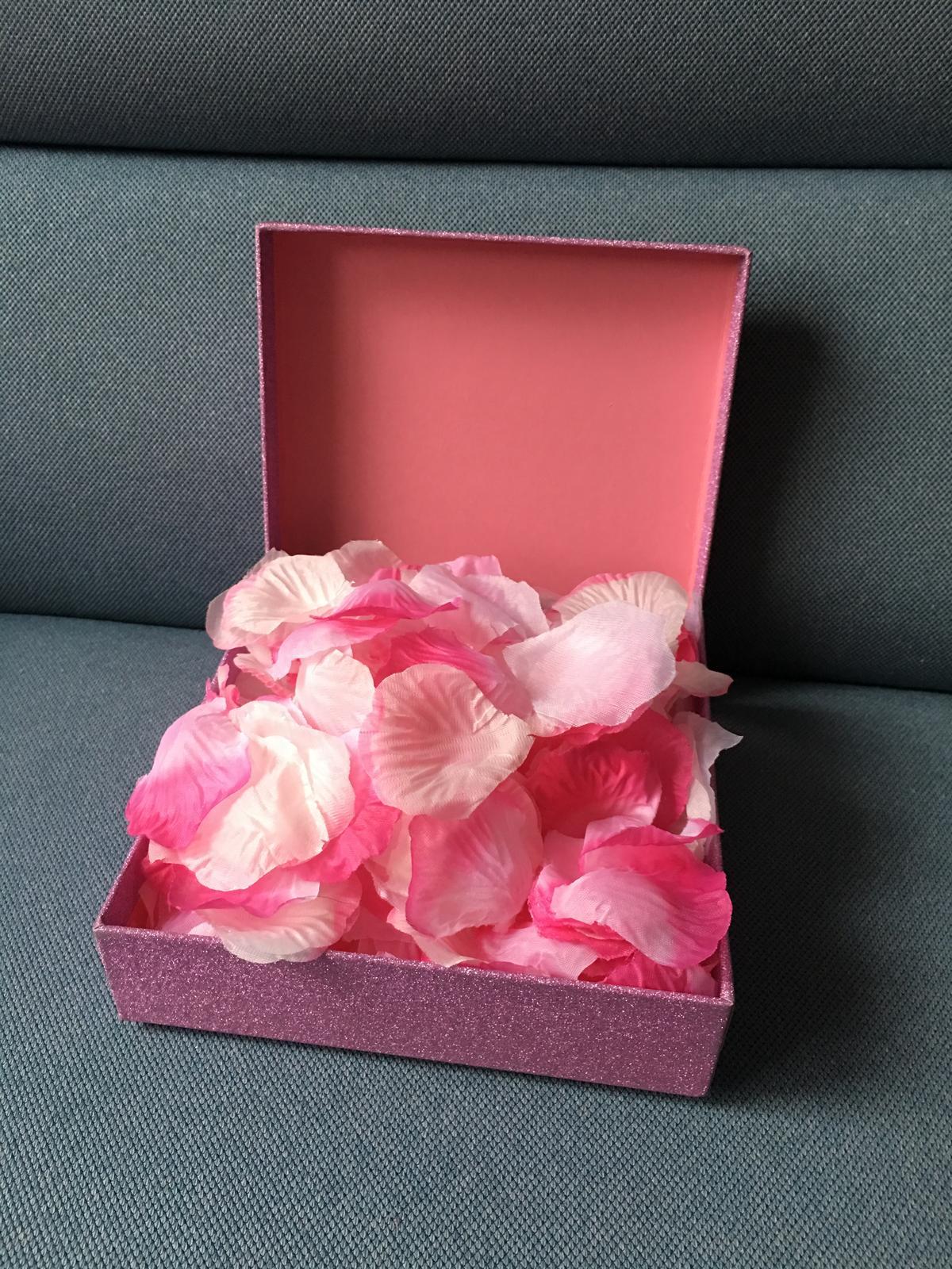 Bílo-růžové plátky růží (mix) - Obrázek č. 1