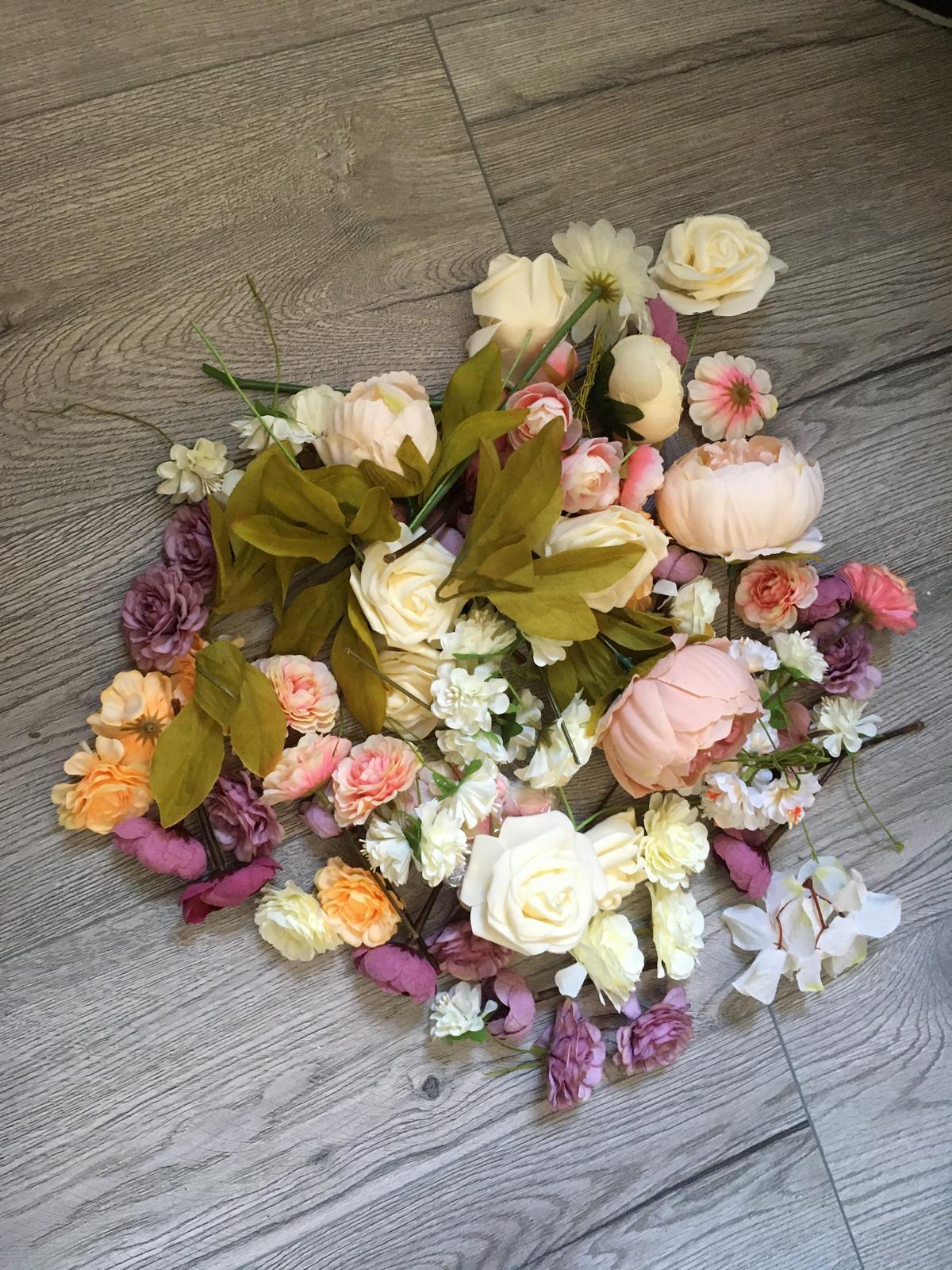 Mix umelých kvetov na výzdobu - Obrázok č. 1