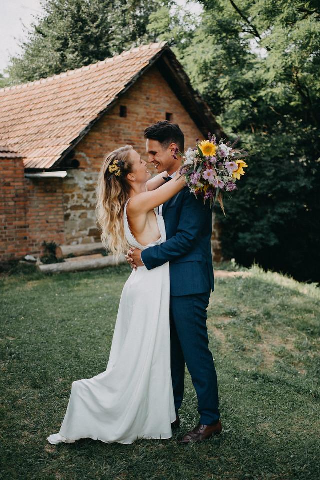 Saténové svatební šaty s holými zády - Obrázek č. 1