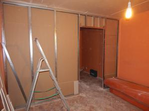 jedna stena hotová, teraz čakáme na dodanie posuvných dverí, aby sa mohla uzavrieť