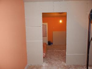 pohľad ZO spálne a na ľavo priestor na vstavnú skriňu - 65 cm