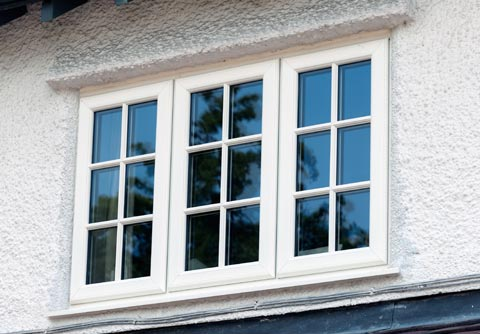 """Viete odporučiť výrobcu plastových okien, ktoré majú trochu rustikálnejšie profily a mriežky na nich nepôsobia ako päsť na oko? Niečo ako na obrázku, že aj lišta je pekne ukončená a lícuje s rámom.   Proste také, čo na diaľku nekričia """" sme plastové!"""" :-D  Ďakujem - Obrázok č. 2"""