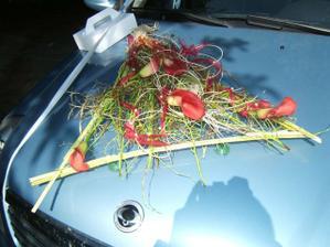 Kytička na auto, paní květinářka byla báječná