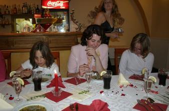 uprostřed má sestra a sestřenky