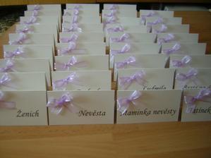 Lila svatba musí mít lila i kartičky na stůl. :-))