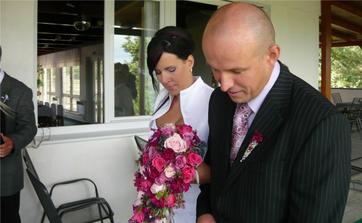 odchod od svatebního oblouku, již jako manželé