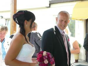 s koulí na noze,..chtěla jsem vzít svatebčany na jídlo a nechat ho tam:-),...jeho výraz mluví za vše